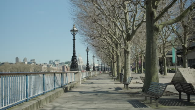 lockdown london, empty embankment during coronavirus pandemic, no people - lockdown stock-videos und b-roll-filmmaterial
