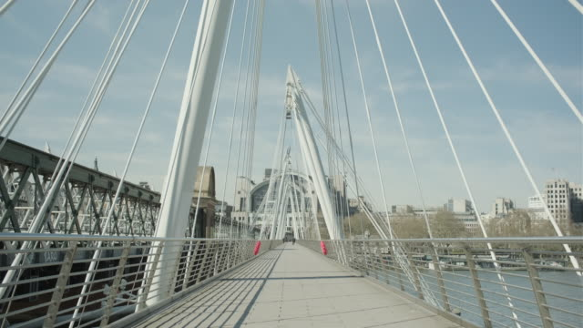 lockdown london, empty hungerford bridge, golden jubilee bridges and river thames during coronavirus pandemic, no people - bad condition stock videos & royalty-free footage
