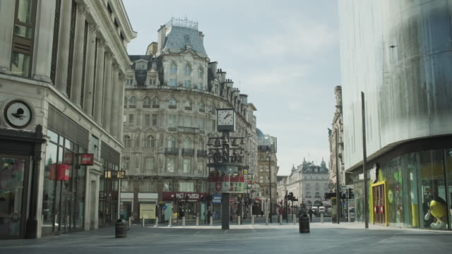 vídeos de stock, filmes e b-roll de lockdown london, empty leicester square with swiss glockenspiel clock during coronavirus pandemic, no people - confinamento