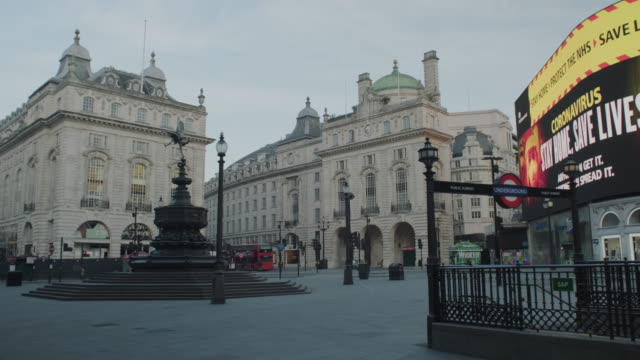 lockdown london, empty piccadilly circus, eros statue and underground station during coronavirus pandemic, no people - lockdown stock-videos und b-roll-filmmaterial