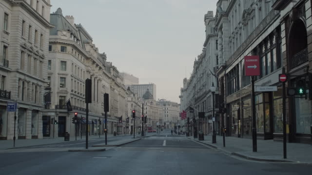 stockvideo's en b-roll-footage met lockdown london, empty regent street with all shops closed during coronavirus pandemic, no people - leeg toestand