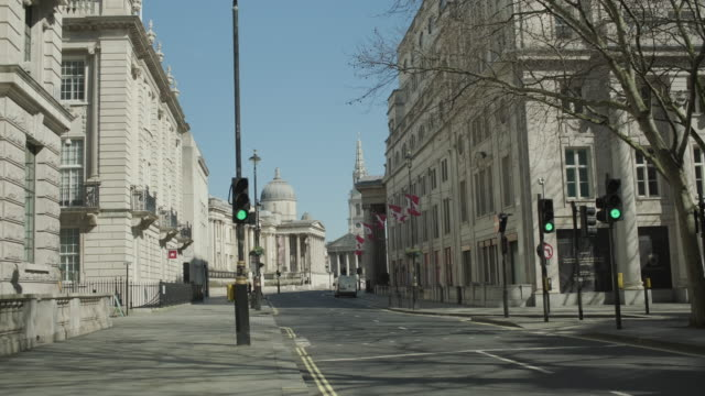 vídeos de stock, filmes e b-roll de lockdown london, empty road towards trafalgar square during coronavirus pandemic, no people - confinamento