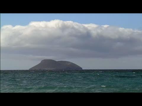 vídeos y material grabado en eventos de stock de lockdown long shot of islet in galapagos islands - formato buzón