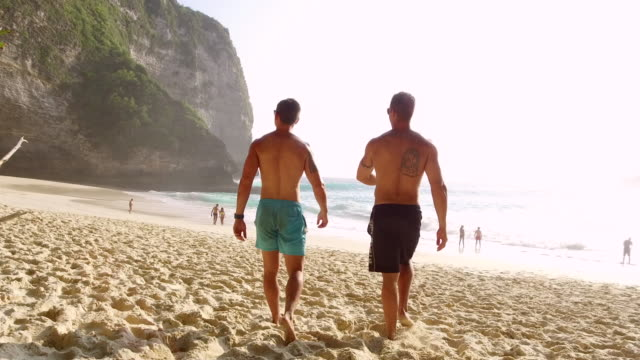 vídeos de stock e filmes b-roll de lockdown: men exploring the beach of bali indonesia under the hot sun - bali