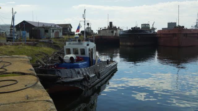 lockdown: old boats at the small pier patiently docked with calm waters below the area - lake baikal, russia - förtöjd bildbanksvideor och videomaterial från bakom kulisserna