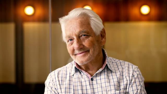 vídeos de stock e filmes b-roll de lockdown shot of cheerful senior businessman talking in office - centenário