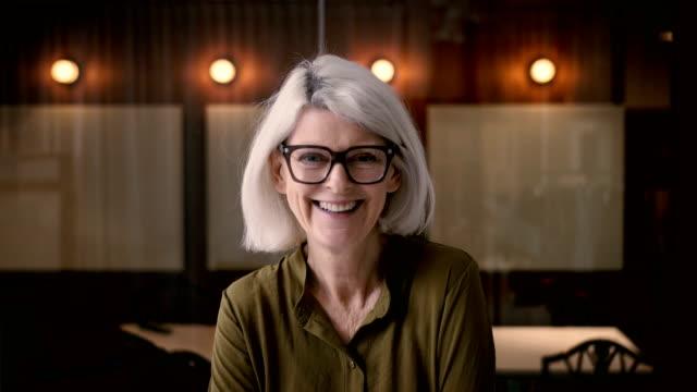 vídeos de stock e filmes b-roll de lockdown shot of cheerful senior businesswoman in office - 60 64 anos