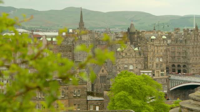 lockdown shot of cityscape against mountains - edinburgh, scotland - pinnacle stock videos & royalty-free footage
