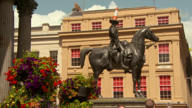 lockdown shot of iconic equestrian statue against building in city on sunny day - glasgow, scotland - male likeness stock videos & royalty-free footage