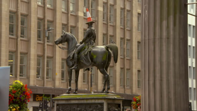 lockdown shot of iconic equestrian statue against building in city - glasgow, scotland - male likeness stock videos & royalty-free footage