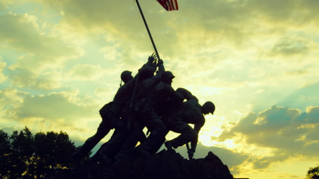 vídeos de stock e filmes b-roll de lockdown: silhouette of iwo jima memorial on sunset (shot on red) - arlington virgínia