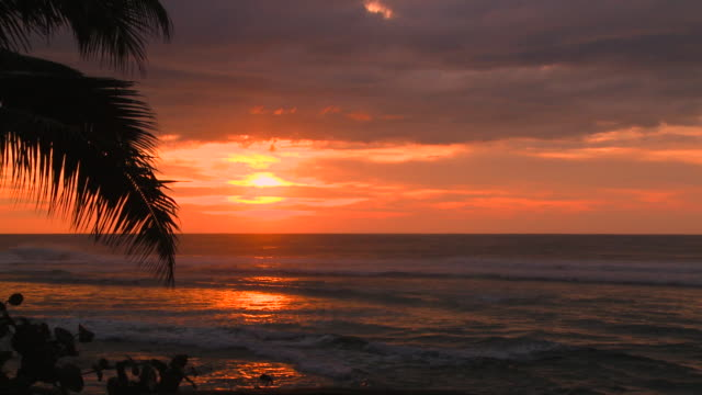 stockvideo's en b-roll-footage met lockdown: the beautiful sunset at sunset beach - oahu