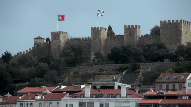 lockdown: the magnificent castelo de sao jorge - bankenviertel stock-videos und b-roll-filmmaterial
