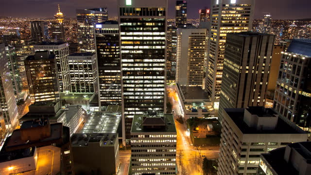 vídeos y material grabado en eventos de stock de lockdown time lapse shot of tall buildings in city against cloudy sky during day to night - vancouver, canada - fast motion