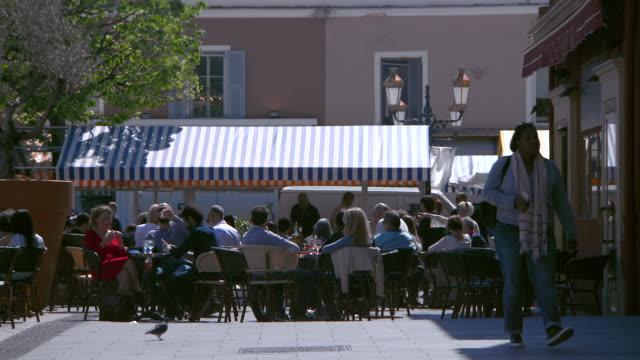 stockvideo's en b-roll-footage met lockdown: tourists in an outdoor restaurant at the cours saleya flower market - koffie drank