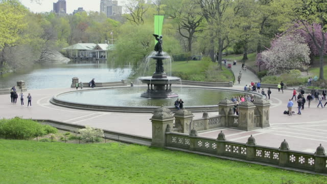 vídeos de stock e filmes b-roll de lockdown view of bethesda fountain in spring - fonte bethesda