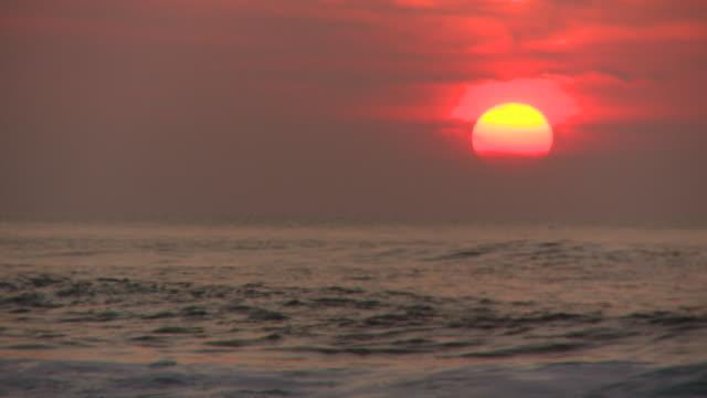 vídeos de stock, filmes e b-roll de lockdown: waves and the sunset of pipeline hawaii - boa postura