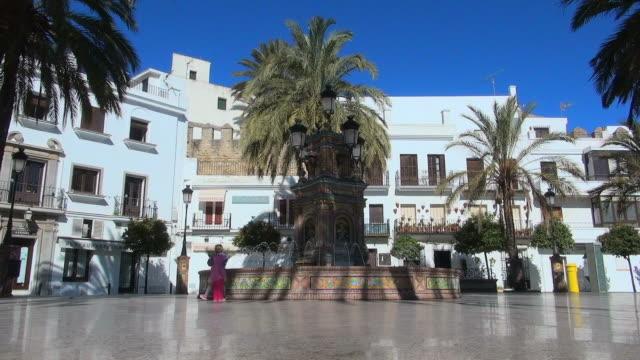 vídeos y material grabado en eventos de stock de lockdown: wide view of fountain in middle of plaza - plaza