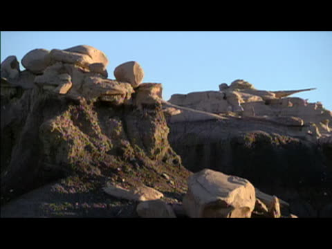 locked down wide shot of rock formations in badlands of bisti/de-na-zin wilderness area / new mexico - レターボックス点の映像素材/bロール