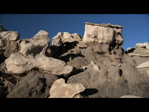 locked down wide shot of rock formations in badlands of bisti/de-na-zin wilderness, new mexico - レターボックス点の映像素材/bロール