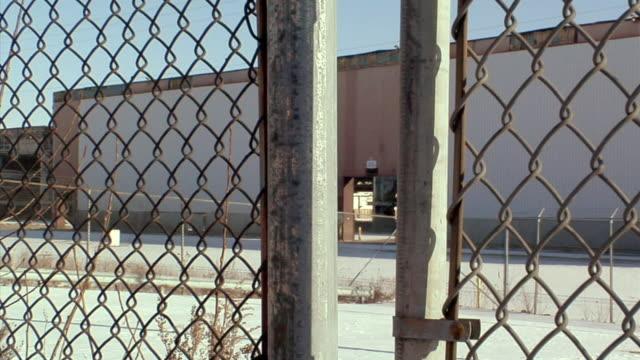 cu, td, locked gate surrounding general motors auto assembly plant, lansing, michigan, usa - lansing stock-videos und b-roll-filmmaterial