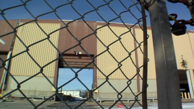 cu, tu, la, locked gate surrounding general motors auto assembly plant, lansing, michigan, usa - lansing stock videos and b-roll footage