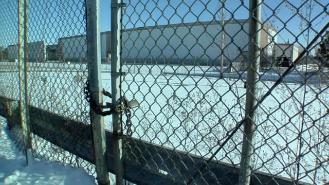 cu, la, td, locked gate surrounding general motors auto assembly plant, lansing, michigan, usa - lansing stock-videos und b-roll-filmmaterial