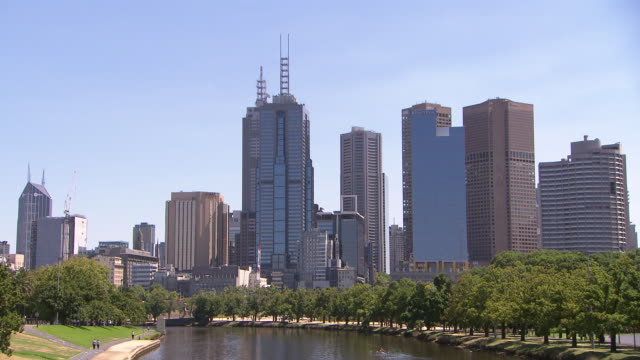 stockvideo's en b-roll-footage met locked off shot looking over yarra river towards melbourne central business district skyline including 120 101 collins street building hyatt ernst... - stilstaande camera