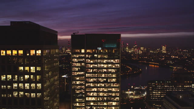 locked off tight shot shot of office block at dusk - office block exterior stock-videos und b-roll-filmmaterial