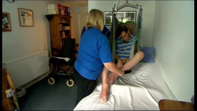 'locked-in syndrome' sufferer tony nicklinson dies; lib wiltshire: chippenham: tony nicklinson being lifted from bed in a hoist by health workers... - チッペナム点の映像素材/bロール