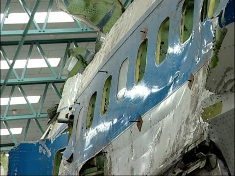 vídeos de stock e filmes b-roll de reassembled boeing 747 plane wreckage england hampshire farnborough int reassembled wreckage from boeing 747 aeroplane pieced together on scaffolding... - farnborough hampshire