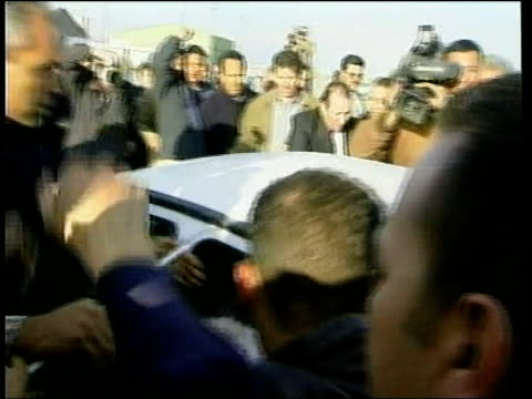 stockvideo's en b-roll-footage met 'not guilty' libyan returns home itn libya tripoli libyan found not guilty of the lockerbie bombing alamin khalifa fhimah towards from plane... - 2001
