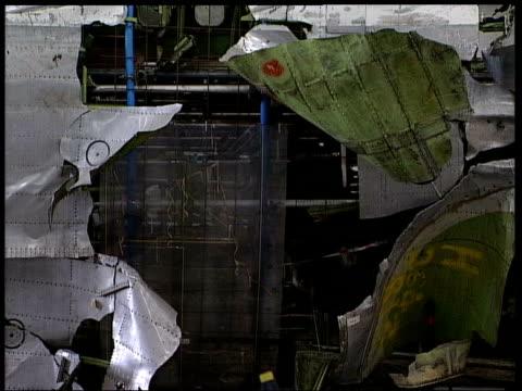 vídeos de stock e filmes b-roll de lockerbie relatives to receive compensation itn hampshire farnborough gvs wreckage of pan am flight 103 in hangar i/c - farnborough hampshire