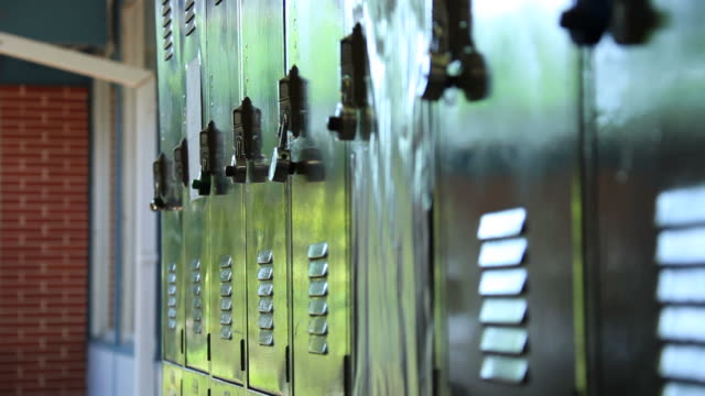 stockvideo's en b-roll-footage met lockers - lockerkast