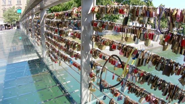 vídeos y material grabado en eventos de stock de cerraduras en bridge of love - liubliana