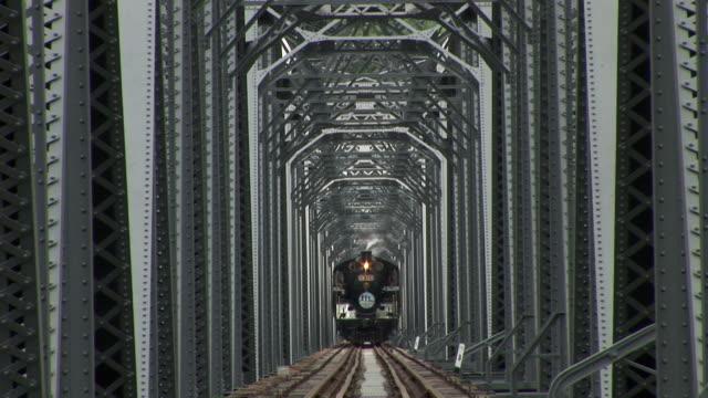 a locomotive moves along a bridge in miaoli, taiwan. - 台湾点の映像素材/bロール