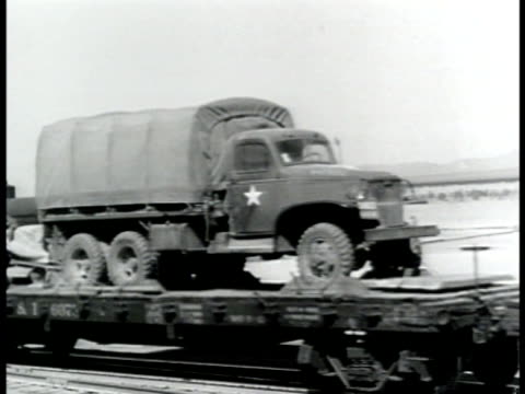 vídeos de stock, filmes e b-roll de la locomotive moving on rairoad track on metal land bridge passing close fg - 1943