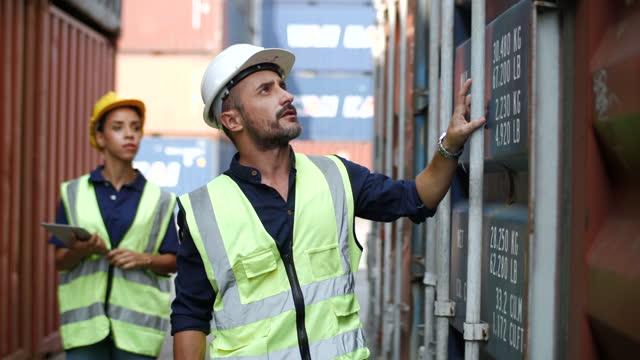 vidéos et rushes de le personnel logistique vérifie et contrôle la boîte de chargement des conteneurs - professional occupation