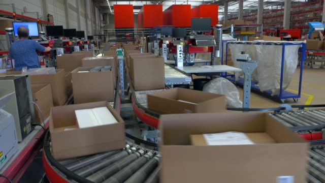 vidéos et rushes de logistics centre of a mail-order company for office products, grossostheim, bavaria, germany, europe - conditionnement
