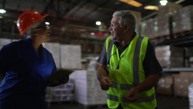 vidéos et rushes de collègues logistiques dansant à l'entrepôt - collègue de bureau
