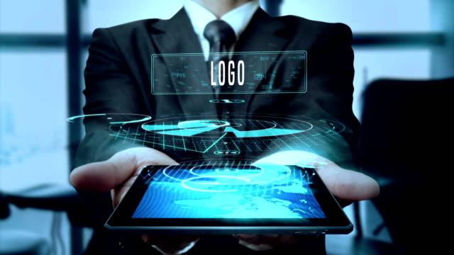 Logo Design comportement Vision Concept homme d'affaires en utilisant la technologie de tablette hologramme - boucle