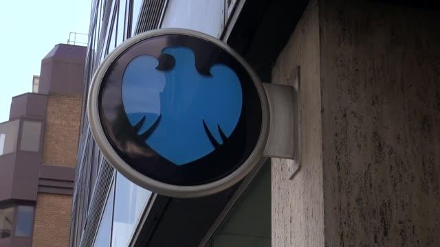 hsbc logo on front of hsbc branch in baker street central london - メリルボーン点の映像素材/bロール