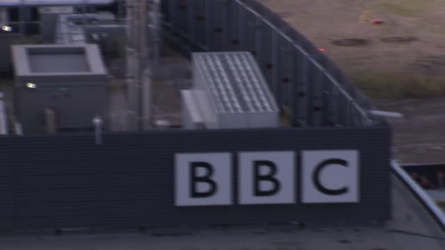 bbc logo on the side of one of the bbc buildings in salford quays. available in hd. - bbc bildbanksvideor och videomaterial från bakom kulisserna