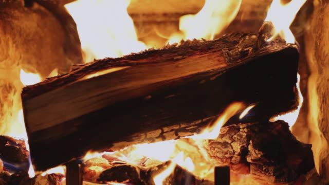 vidéos et rushes de  ms tu td logs burning in fireplace / lamy, new mexico, usa - foyer de cheminée