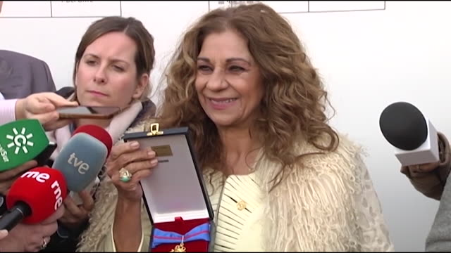 Lolita show the press the golden medal and talks about the emotions she had during the event