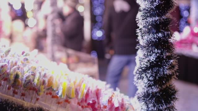 クリスマス マーケットは、ブダペスト、ハンガリーでディスプレイ上の ms のロリポップ - ブダペスト点の映像素材/bロール