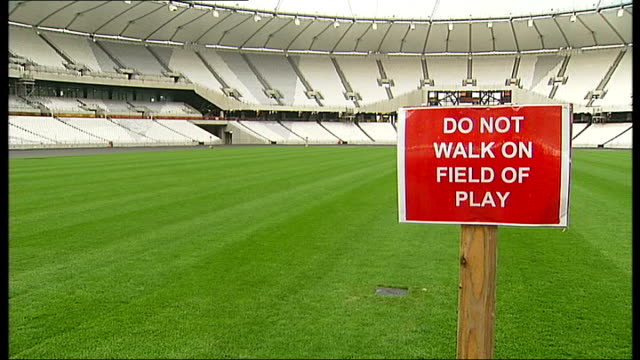 vídeos de stock e filmes b-roll de boa and olympic organising commitee settle dispute stratford sign 'do not walk on field of play' on pitch at olympic stadium banks of unused plastic... - pyramid