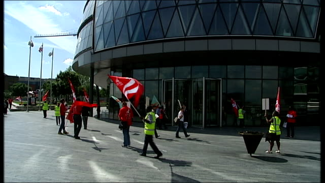 vídeos de stock, filmes e b-roll de boris johnson makes offer in attempt to stop london bus strike city hall bus drivers with unite flags protesting outside city hall building bus... - stop placa em inglês