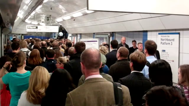 london 2012 olympic games: commuters may face delays during olympic games; england: london: int commuters crowding onto tube station platform... - ロンドン地下鉄点の映像素材/bロール