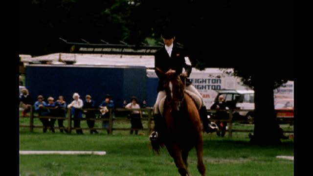 vídeos de stock, filmes e b-roll de david beckham nominates bermondsey teenager as olympic torchbearer 105768 / tx near derby locke park ext princess anne princess royal riding horse in... - entrevista evento